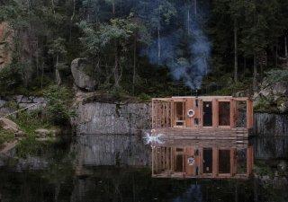 Plovoucí sauna na zatopeném lomu v Lipnici nad Sázavou.