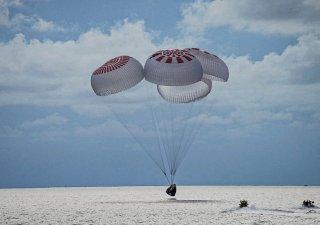 Kapsle SpaceX se spustila do oceánu těsně před západem slunce.