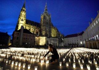Pietní akt za oběti pandemie koronaviru se na nádvoří Pražského hradu.
