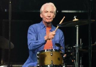 Charlie Watts, bubeník kapely The Rolling Stones, zemřel.