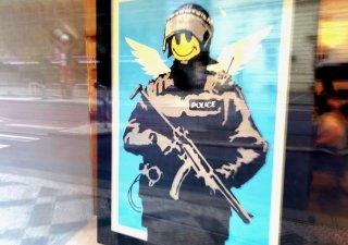 Banksyho obraz Flying Copper ve výloze Galerie Kodl