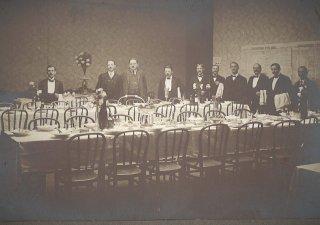 Slavnostní tabule prostřená pro prvního československého prezidenta T. G. Masaryka v poslaneckém bufetu.
