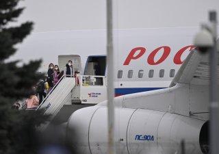Vyhoštění ruští diplomaté z ČR odlétají zpět do Moskvy.