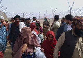 Tisíce Afghánců se snaží dostat přes hranice s Pákistánem.