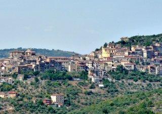Město Maenza se nachází 70 kilometrů jihovýchodně od Říma.