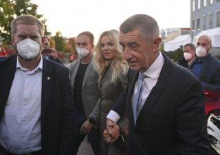 Andrej Babiš s manželkou Monikou přichází do štábu ANO