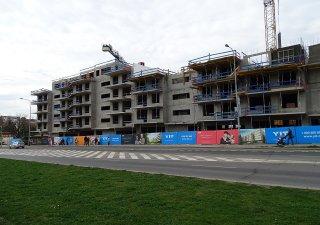 Stavba bytového komplexu, ilustrační foto