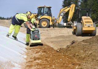 Firma dodává materiál pro stavbu dálnic