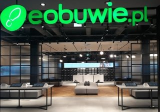 Majoritní vlastník polského intenetového prodejce obuvi eobuwie.pl, společnost CCC oznámila, že do e-shoupu investuje japonská SoftBank téměř tři miliardy korun.