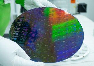 Americký výrobce čipů GlobalFoundries investuje v následujících dvou letech do rozšíření výrobní kapacity šest miliard dolarů (129 miliard Kč).