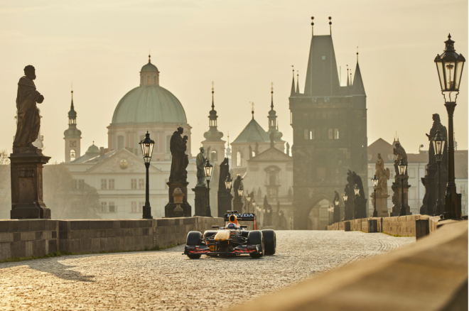 Zběsilá jízda F1 po Staré Praze. RedBull ukázal kontroverzní reklamní spot