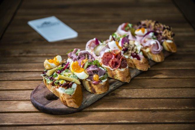 Chlebíček je český vynález. Znají ho turisté a pochutnávají si na něm i vegani