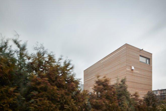 Vypadá jako baťovský domek ve Zlíně, jen je ze dřeva. Postavili ho za osm hodin
