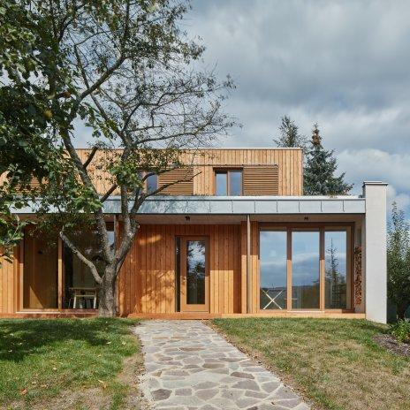 Dům s výhledem na Brdy citlivě nahradil starou chatku. Vyšel na 10 milionů