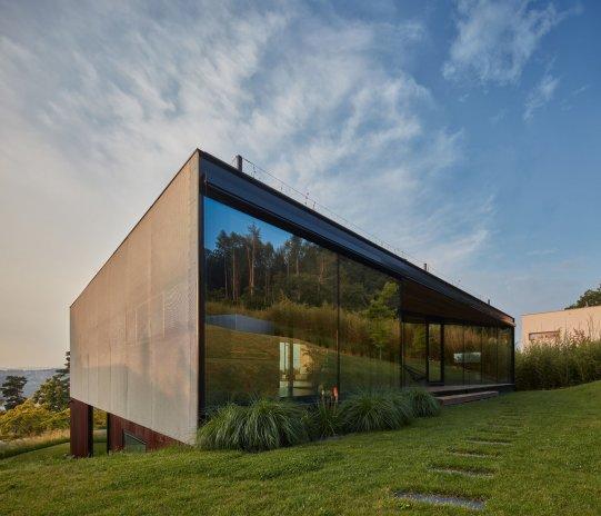 Jako skleněný šrapnel. Dům ve Zlíně bojuje o Českou cenu za architekturu