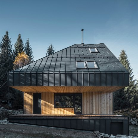 Hliníková střecha i fasáda. I tak může vypadat chata