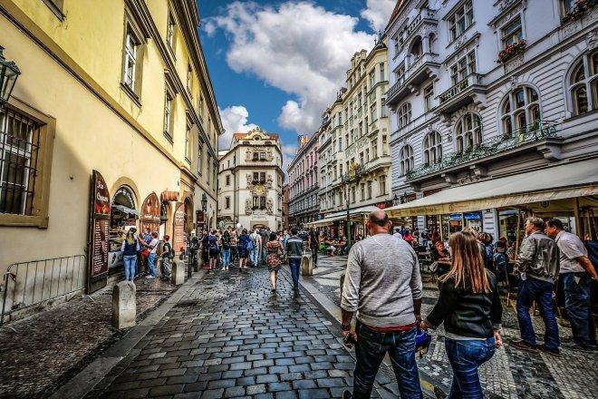 Turisté se vrátili do Česka. Utrácejí ale méně než před covidem