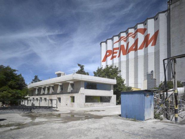 Průhledná školka i továrna z betonu: To jsou díla nejlepších českých architektů