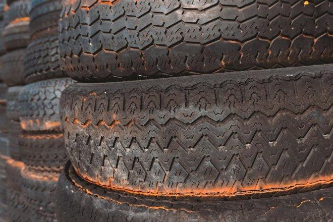 """Nigerijská podnikatelka objevila další """"černé zlato"""" – staré pneumatiky"""