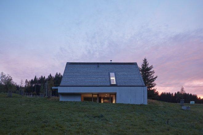 Beton, sklo a dřevo. Tak vypadá netypická chata v Beskydech