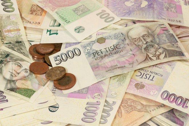 Dluhy českých domácností u bank se blíží dvěma bilionům korun
