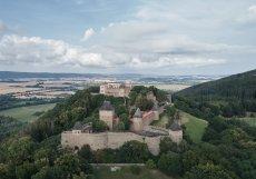 Zřícenina hradu Helfštýn, založeného ve 14. století, se tyčí na skalnatém vrcholu nad údolím Moravské brány.
