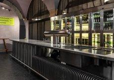 """Na interiéru pracovali architekti a designéři ze studia Olgoj Chorchoj, který svýčepním pultem pracovali jako sdominantou prostoru. """"Chtěli jsme, aby výčepní, výdejní i ukazovací pult vynikl jako hlavní element, a to nejen estetický a designérský, ale především funkční,"""" vysvětluje designér Michal Froněk."""
