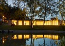 """"""" Chtěli jsme, aby dům vplouval do krajiny, aby se architektura rozmělnila z města do přírody se stromy a rybníkem,"""" přibližují architekti v autorské zprávě."""