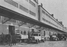 1936: Kratší skladišťní křídlo sloužilo k podeji zboží na dráhu a delší k jeho výdeji z dráhy. Rampy umožňovaly přeložení zboží z vlaků na nákladní auta, přičemž systém vnitřních tunelů umožňoval zboží uskladněné ve vyšších patrech vypravit bez ohledu na provoz v přízemí, které obsluhovaly výhradně státní dráhy.