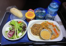 Občerstvení v byznys třídě aerolinky United Airlines na trase Houston - Frankfurt.