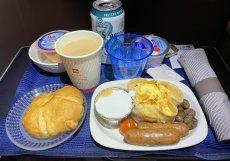 Občerstvení servírované v byznys třídě aerolinky United Airlines na trase Houston - Frankfurt.