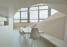 Velké prosklené plochy se proto staly základem architektonického řešení interiéru.