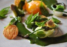 1. Jídlo v Nomě (bílý chřest s vejci na ztraceno a omáčkou ze svízele)