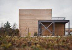 Pětadevadesát procent domku tvoří dřevo, a to od nosné konstrukce přes fasádu až po interiér.