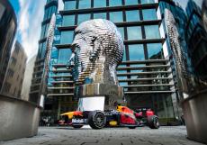 F1 se na Starém městě v Praze několikrát otočila kolem pohyblivé busty Franze Kafky od českého umělce Davida Černého.
