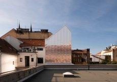 Projekt na přístavbu kanceláře ve Vysokém Mýtě vznikl v ateliéru Prokš Přikryl architekti.