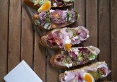 Milovníci si na Rohanském nábřeží mohou pochutnat na klasice s bramborovým salátem a pražskou šunkou nebo na miniaturní verzi knedla vepřa zela na čerstvě upečené bagetě.