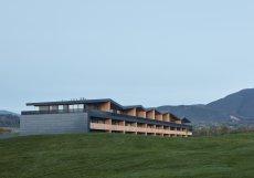 Novou stavbu v golfovém resortu v Čeladné definuje zajímavě tvarovaná střecha.