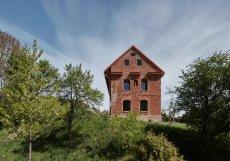 Z někdejšího hospodářského stavení, postaveném v 17. století, vznikl pod taktovkou architektů ze studia ORA penzion.