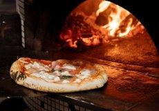 Pizza se zde připravuje v peci na dřevěné uhlí.