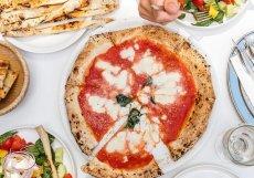 Pizza má certifikát společnosti Associazione Verace Pizza Napoletana.