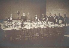 Slavnostně prostřené tabule v poslanecké restauraci při příležitosti složení slibu nově zvoleného prezidenta Tomáše G. Masaryka.