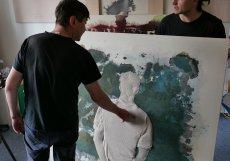 Do jejich ateliéru na pražském Žižkově tak může přijít každý a nikoli pouze člověk, který má na nákup umění volnýchstovky tisíc.
