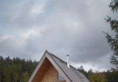 Okolí se přizpůsobili například výběrem stavebních materiálů: beton a modřínové dřevo.
