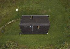 Umístění domu v CHKO Beskydy do určité míry komplikovalo návrh. Architekti se museli popasovat s přísnými pravidly zástavby.