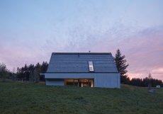 Víkendový dům v téměř nezastavěné krajině Beskyd navrhli architekti ze studia Pavel Míček Architects.