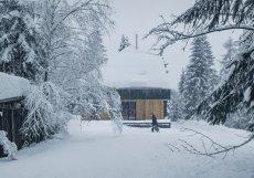 Dům je jen pár metrů od okraje lesa na pozemku téměř tisíc metrů čtverečních.