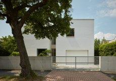 Objekt vstupuje do stávající ulice a stavby, což ovlivnilo i jeho usazení do pozemku.