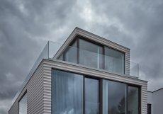 Architekt Jan Proksa tento projekt proto bral doslova jako výzvu, jak vměstnat největší povolenou hmotu na úzký pozemek.
