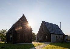 Architekti ze studia TŘI.ČTRNÁCT pracovali ze zadáním: postavit dům pro starší pár, který si přál po životě v paneláku trávit svůj čas co nejblíž přírodě.